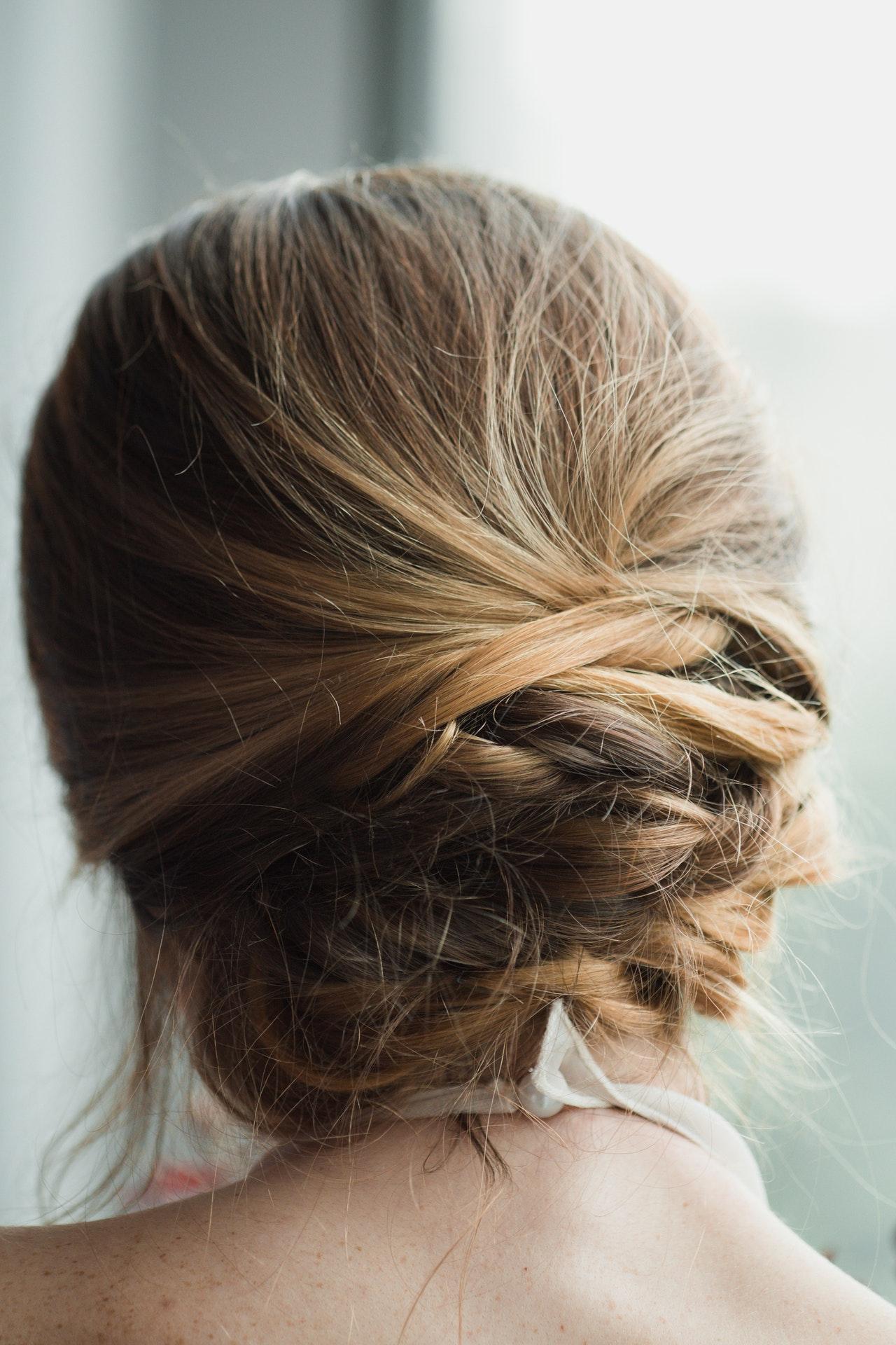 Płukanki do włosów – produkty dla blondynek i brunetek